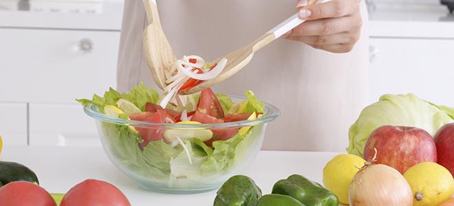 サラダを作っている女性