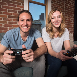 ゲームを楽しんでいるカップル