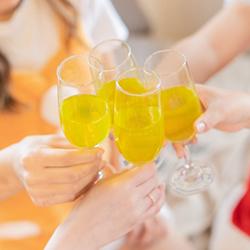 乾杯している女性の手