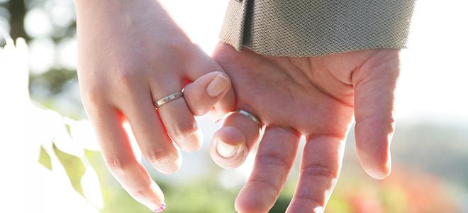 結婚指輪をつけているカップル