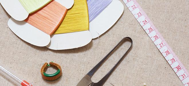 裁縫に使う糸とメジャーとハサミ